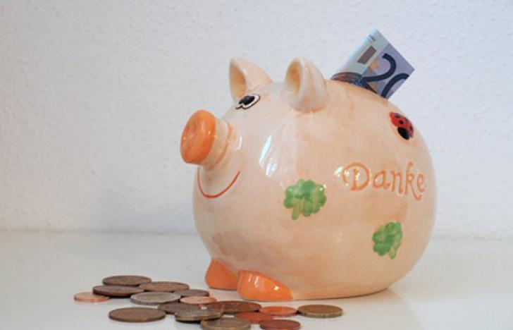 Menschen erhöhen laufend ihre Sparleistung